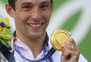 Jiří Prskavec se raduje ze zlaté olympijské medaile v Tokiu.