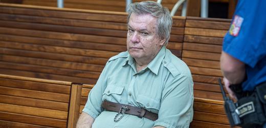 Odsouzený lékař Jaroslav Barták u soudu.
