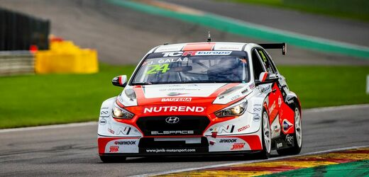 Závodní tým Janík Motorsport ve voze Hyundai.