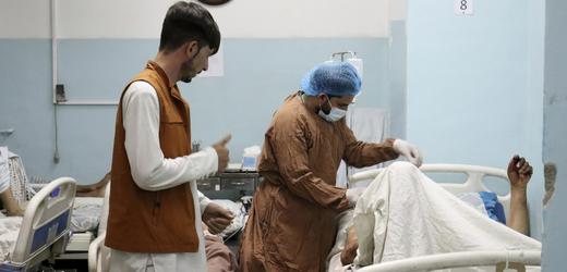 Při explozích u letiště v Kábulu zemřelo přinejmenším 72 Afghánců.