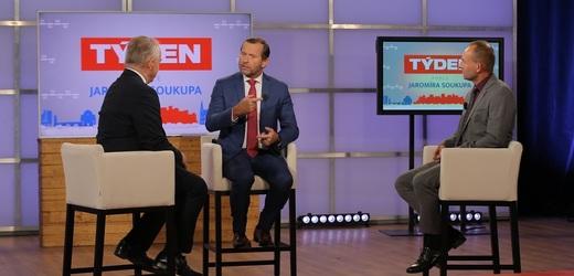 Moderátor pořadu Jaromír Soukup, předseda ČMKOS Josef Středula a výkonný ředitel Unie zaměstnavatelských svazů Vít Jásek.