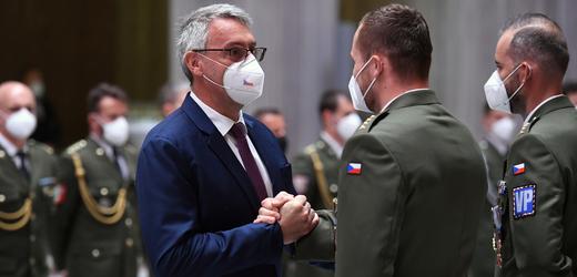 Ministr obrany Lubomír Metnar (za ANO) předal 10. září 2021 v Praze vyznamenání vojákům, kteří se účastnili evakuace z Afghánistánu.