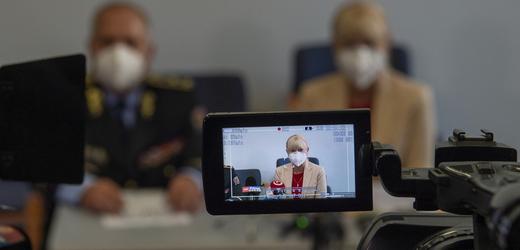 Ředitel jihočeských policistů Luděk Procházka a vyšetřovatelka Renáta Miková vystoupili 13. září 2021 v Českých Budějovicích na tiskové konferenci k případu vraždy dívky u Protivína na Písecku.