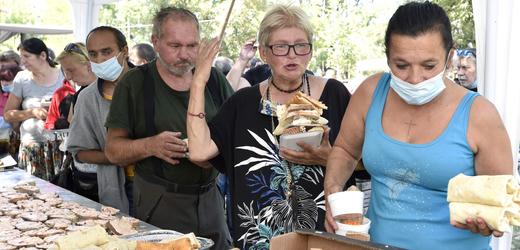 Pražský piknik pro lidi bez přístřeší.