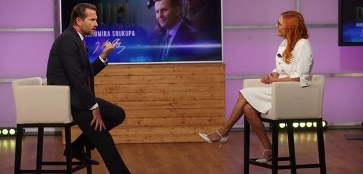 Moderátor pořadu Jaromír Soukup a předsedkyně hnutí Trikolora Zuzana Majerová Zahradníková.