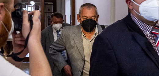 U Okresního soudu v Děčíně začalo 16. září 2021 hlavní líčení v případu úniku fenolu v děčínské firmě. Při havárii zemřeli dva lidé. Uprostřed na snímku je obžalovaný Vladimír Myka.