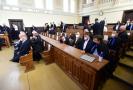 Olomoucký krajský soud otevřel 21. září 2021 rozsáhlou kauzu údajně zmanipulovaných 13 veřejných zakázek na informační systémy se škodou zhruba čtvrt miliardy korun. V případu, který se odkrýval několik let, čelí obžalobě 24 lidí a dvě právnické osoby. Z kapacitních důvodů se přelíčení uskutečnilo v největší jednací síni okresního soudu. Na snímku sedí část obžalovaných na lavici vlevo, další jsou usazeni se svými obhájci na místech pro veřejnost.