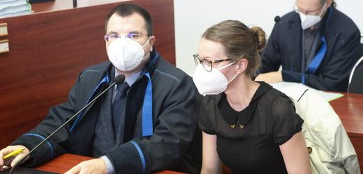 Obžalovaná lékařka Martina Šípková čeká 23. září 2021 na začátek jednání u Okresního soudu v Pardubicích, kde pokračovalo odročené hlavní líčení s třemi zdravotníky. Jsou obžalováni z těžkého ublížení na zdraví z nedbalosti v kauze chlapce, který po operaci mandlí začal krvácet a po komplikacích má poškozený mozek.