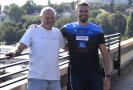 Veslař Ondřej Synek (vpravo) pózuje s trenérem Milanem Dolečkem po tiskové konferenci 23. září 2021 v Praze, kde nejúspěšnější český veslař historie oznámil ukončení aktivní kariéry.