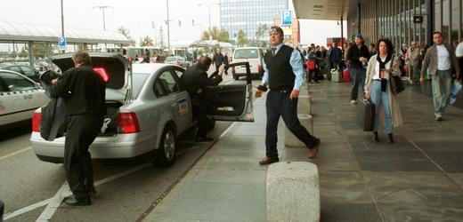 Taxi na ruzyňském letišti v Praze.
