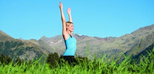 Cvičení uprostřed hor.