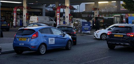 Dlouhá fronta před čerpací stanicí ve Velké Británii.