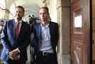 Předseda STAN Vít Rakušan (vlevo) a předseda Pirátů Ivan Bartoš vystoupili 12. října 2021 v Praze na tiskové konferenci po jednání koaliční rady o povolebním postupu.