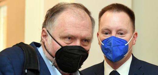 Obžalovaný Jiří Staněk u Městského soudu v Praze, který projednával 13. října 2021 kauzu nákupu armádních letounů CASA. Vlevo je advokát Tomáš Sokol.