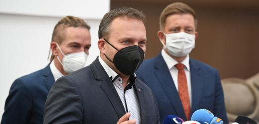 Briefing po jednání koalice Spolu (ODS, KDU-ČSL, TOP 09) a koalice Pirátů se STAN 13. října 2021 v Praze. V popředí uprostřed je předseda KDU-ČSL Marian Jurečka, v pozadí jsou šéfové Pirátů a STAN (zleva) Ivan Bartoš a Vít Rakušan.