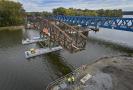 Dělníci odstranili 15. října 2021 v Čelákovicích oblouky starého železničního mostu přes Labe. Poslední část mostu přepravili na speciálních pontonech ke břehu a za pomoci hydrauliky ho následně přesunuli na břeh, kde bude zlikvidován. Na místě tak zůstane už jen nový most.