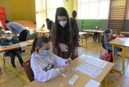 Zástupci škol jsou proti rouškám ve výuce, větší smysl vidí v testování