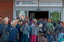 Lidé ve frontě na Úřadu práce (ilustrační foto).