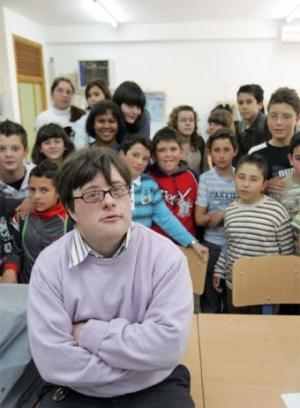 Pablo Pineda. S Downovým syndromem učitelem před prvními žáky.