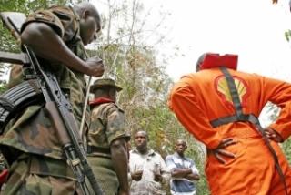 Pracovníci Shellu diskutují s nespokojenými vesničany v Nigérii.