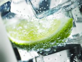 Téměř polovinu vypitého nealka tvoří sycené nápoje.
