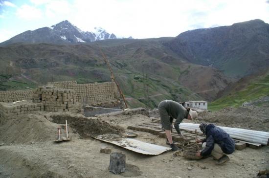 V Sapi pracujeme spolu s vesničany na stavbě nového kláštera.
