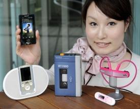Evoluce walkmanu od kazet přes MP3 přehrávač po mobil.