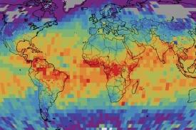 Nejvíce polotěžké vody je v tropech (červeně), její podíl však kolísá.
