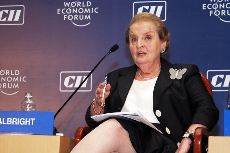Madeleine Albrightová s jednou z vystavených broží. 2d6099d5c8