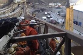 Aktivisté se posadily na pásy, které ropné písky přemisťují.