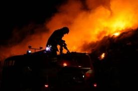 Skládka začala hořet krátce po půlnoci.