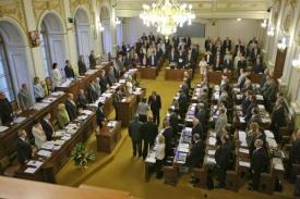 Poslanci ukusují z náhrad.