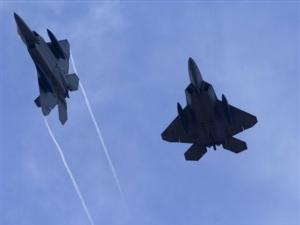 Americké stíhačky F-22 Raptor nad leteckou základnou na Guamu.