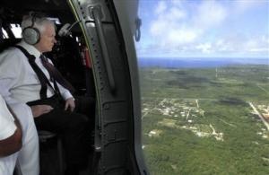 Americký ministr obrany Robert Gates při přeletu nad Guamem.
