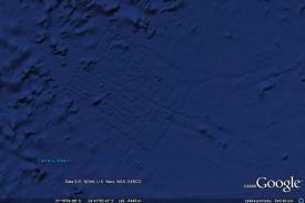Pravidelné linie jsou artefakt vzniklý při zpracování dat ze sonaru.