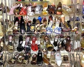 Ženy nakupují rády mnoho párů bot.