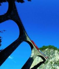 Elegantní oblouky viaduktu Landwasser se klenou ve výšce 65 metrů.