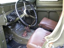 V interiéru bude třeba přelakovat volant na černo, jinak je vše tak, jak má být. Gaz 69 je uvnitř spartánský a účelový.