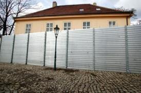 Protipovodňová zábrana na pražské Kampě.