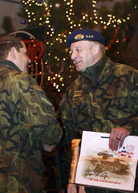 Generál Picek předává vánoční dárky vojákům v Kosovu.