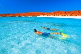 Rudé pobřeží a tyrkysová voda - to je Turquise Bay.