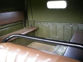 Na postranní zadní lavice se vejde dalších šest lidí, kteří se budou v terénu chytat čeho půjde.