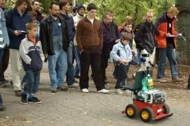 Roboty na trase sledovali početní fanoušci.
