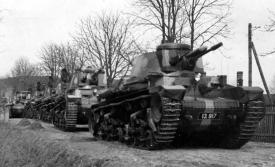 Kolona předválečných lehkých tanků na dobovém snímku.