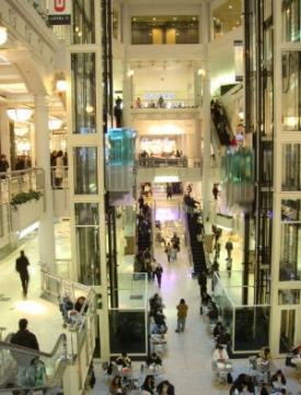 Nákupní centrum Manhattan Mall v centru New Yorku.