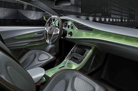 Kabina tak futuristicky nepůsobí a připomíná mercedesy tříd A či B.