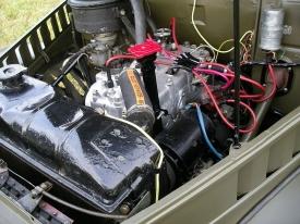 Archaický motor bývá jedním ze slabých míst gazu 69, v mnoha vozech byl vyměněn za jiné. Tento je původní, samozřejmě kromě barevných hadicí a kabelů.