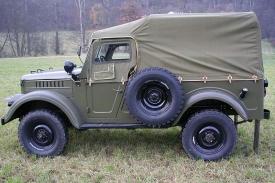 """Standardní Gaz 69 má na rozdíl od pětimístného modelu 69 A přezdívaného jako """"štábák"""" svislou zadní plachtu."""