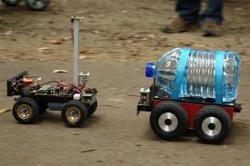 Tým RoboSys nasadil dva roboty. Jeden určoval trasu, druhý vezl náklad