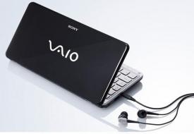 Srovnání se sluchátky dává představu o velikosti notebooku.